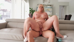 Booty mature rushes blowjobs in HD